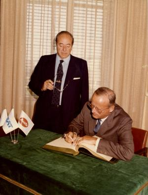 80s: Signature of partnership agreement between Volkswagen and SEAT on June 16, 1983. From left to right Juan Miguel Antoñanzas and Carl Hahn