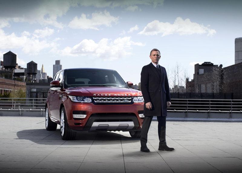 Daniel Craig drives the new Range Rover Sport in live reveal through New York